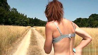 A 37 ans, elle est pas timide pour se faire enculer dans un champ
