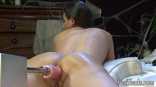 Beautiful machine babe cums while drilled