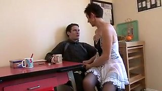 Une maman salope chauffe un ami de son fils